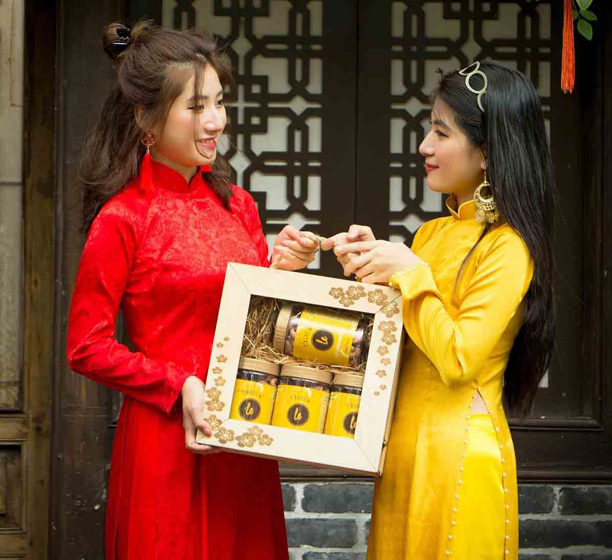 Hộp quà 2kg hạt điều đựng trong hộp gỗ dùng để biếu