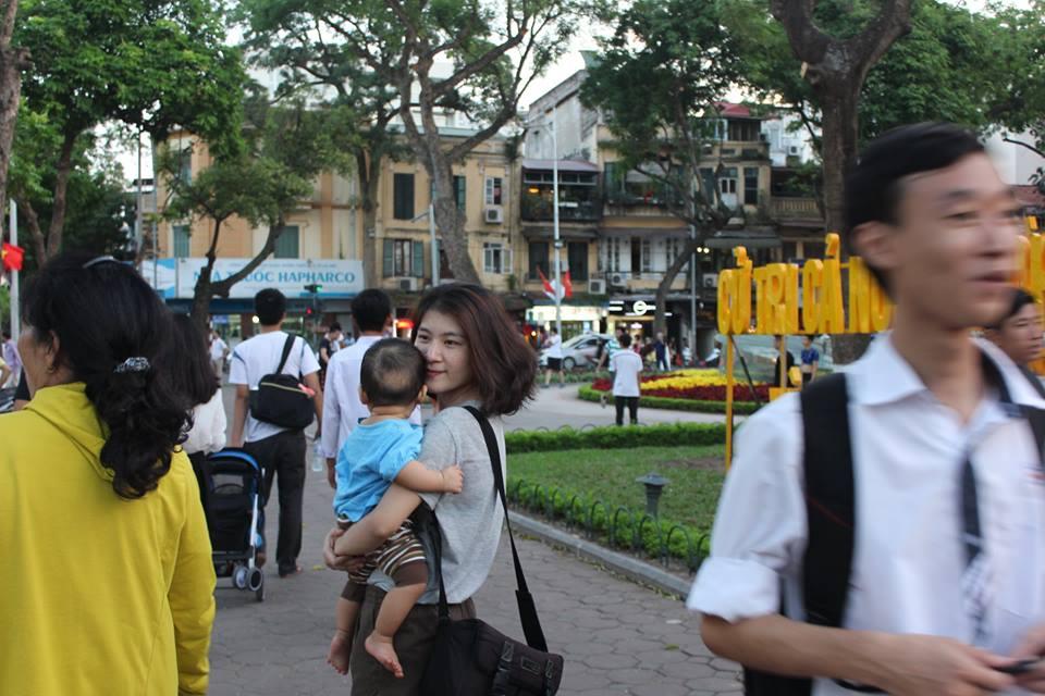 Hai mẹ con Lê đi chơi Hà Nội